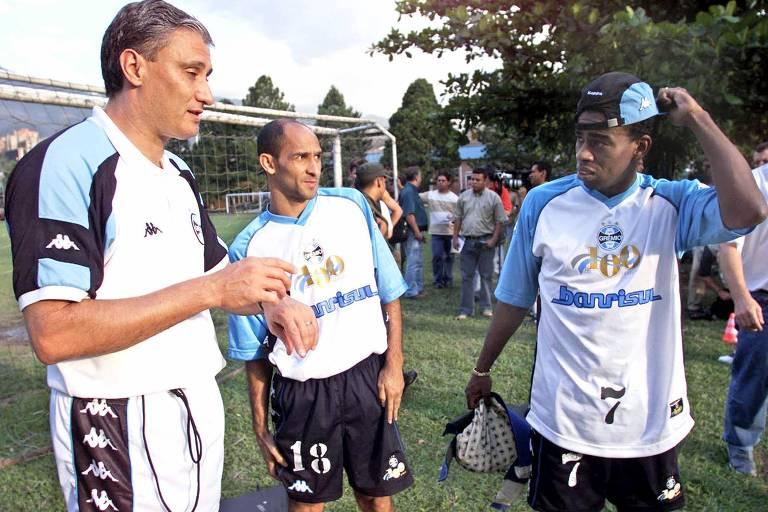 Depois de ser reprovado em alguns testes no Internacional, seu clube do coração, Tinga foi aprovado no Grêmio. Com o clube tricolor, conquistou dois Campeonatos Gaúchos (1999 e 2001) e duas Copas do Brasil (1997 e 2001). Na foto, ele aparece à direita, ao lado do técnico Tite e do ex-atacante Basílio