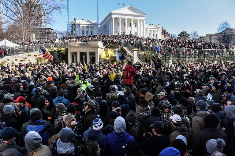 Multidão em frente à sede do governo da Virgínia