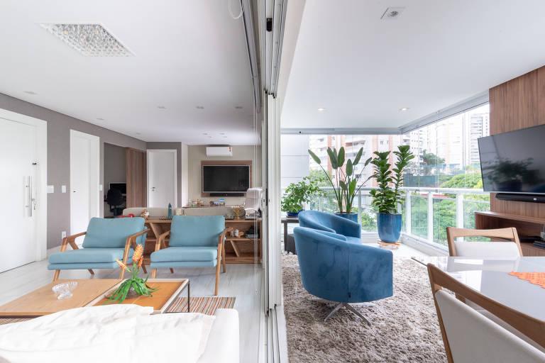 O apartamento de uma empresária que vive com o filho adolescente ganhou um segundo living, integrado à sala de jantar, onde antes era a varanda, no projeto da arquiteta Debora Wajman