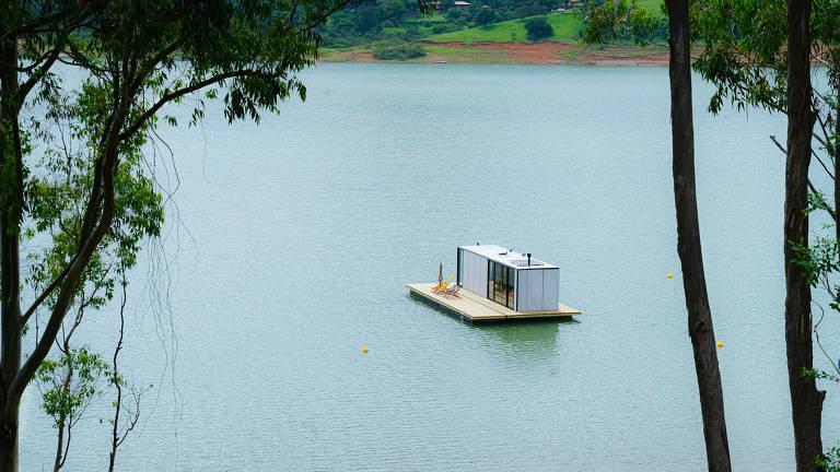 A casa flutuante do projeto Altar lembra um contêiner e promete ser 100% autossuficiente. Fica na represa de Piracaia, interior de São Paulo