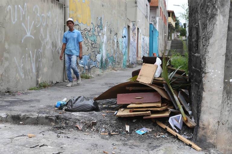 Moradores da zona oeste de SP reclamam de lixo nas calçadas