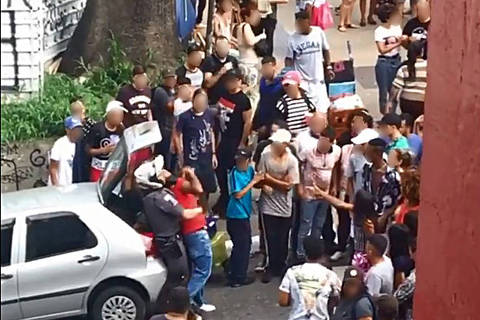 SAO PAULO , SP , 19.01.2020 Vítimas que tiveram os celulares levados por criminosos durante furtos em série ocorridos por volta das 17h40 deste domingo , na avenida Paulista na  foto: Policial militar imobiliza um dos suspeitos de participar de arrastão, na avenida Paulista, no centro da capital. Credito Reproduçao ORG XMIT: AGEN2001201928796071