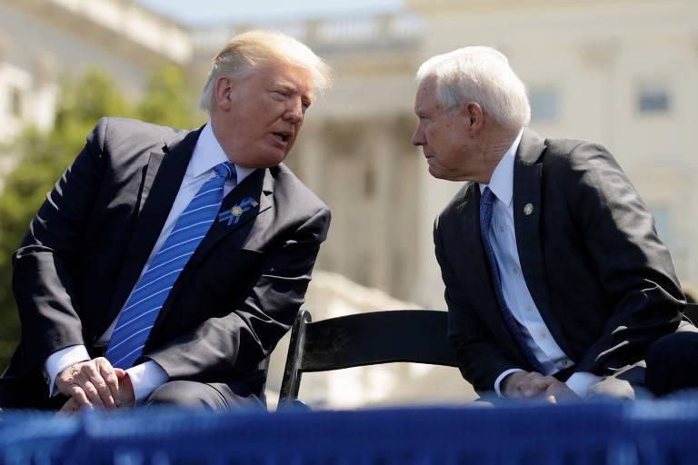 Trump fala com o então secretário de Justiça Jeff Sessions em evento em maio de 2017