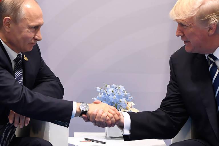 Putin e Trump se cumprimentam em reunião bilateral em Hamburgo, na Alemanha, em julho de 2017
