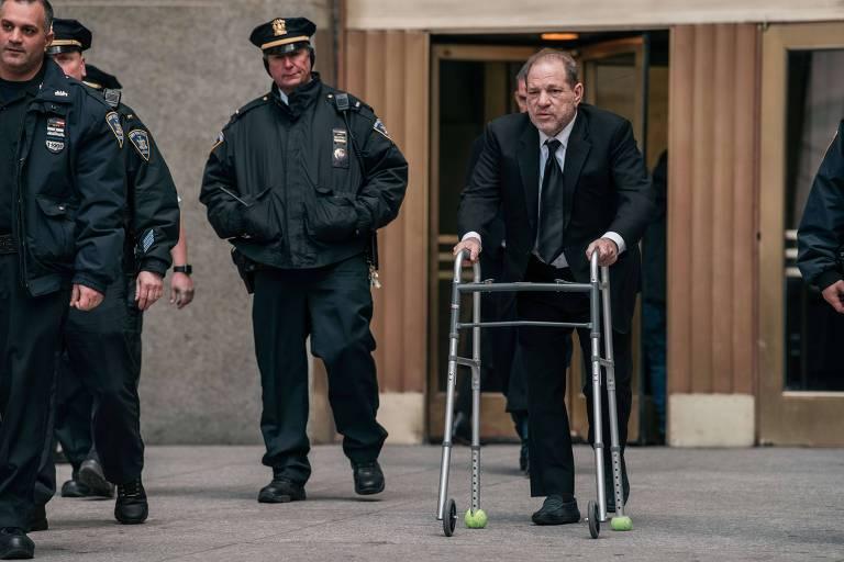 Harvey Weinstein deixa julgamento em Nova York, no qual respondeu a denúncias de abuso sexual.