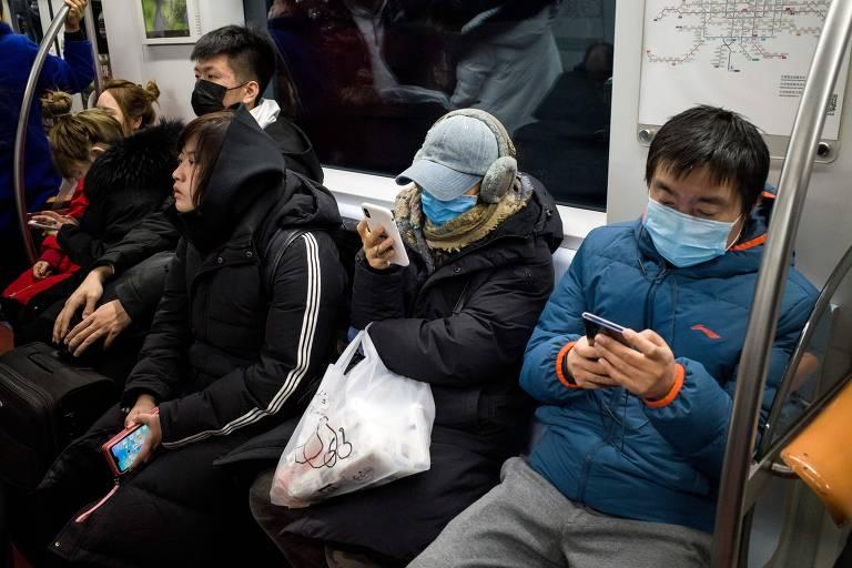 Passageiros do metrô usam máscaras protetoras em Pequim. O número de mortos pela nova variação do coronavírus 2019n-CoV subiu para seis, segundo disse o prefeito de Wuhan em entrevista à emissora estatal CCTV