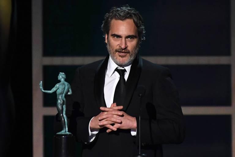 """Joaquin Phoenix recebe o prêmio de melhor ator por sua atuação em """"Coringa"""" no SAG Awards"""