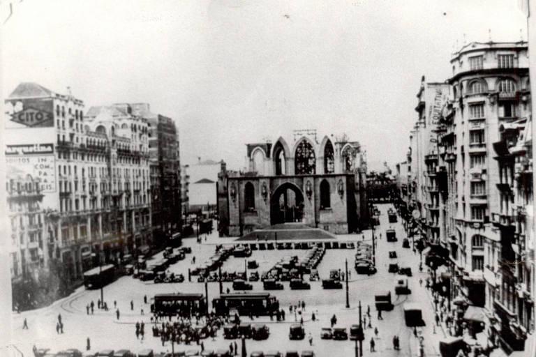 Foto histórica da construção da praça da Sé
