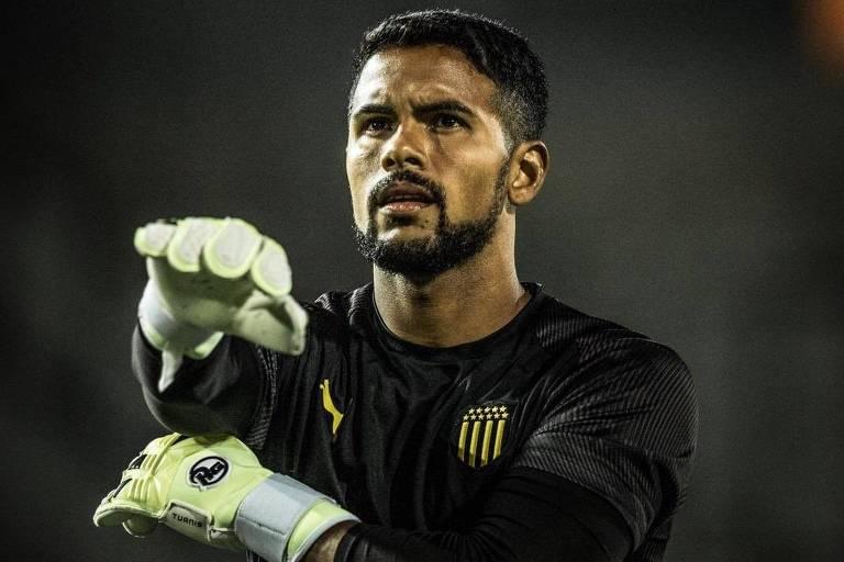 Adriano Freitas, que foi goleiro do Peñarol por sete anos, hoje defende o Cerro, de Montevidéu