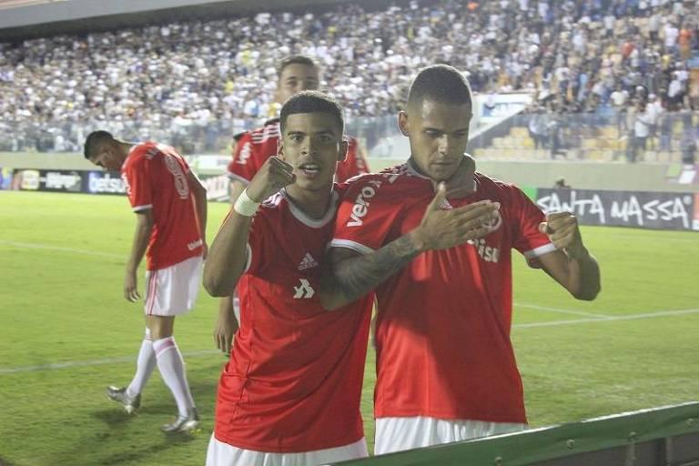 Jogadores do Internacional comemoram gol contra o Corinthians, em Barueri, pela semifinal da Copa São Paulo