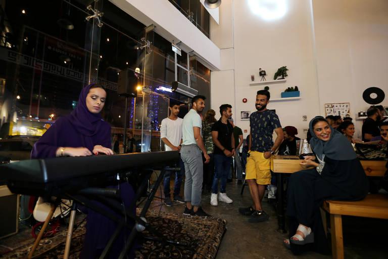 Mulheres e homens se sentam lado a lado em cafés na Arábia Saudita