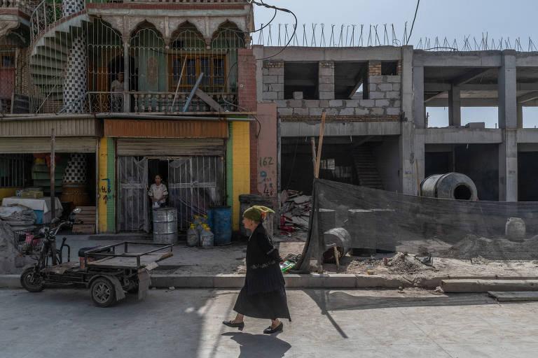 Mulher uigur em rua de Yarkand, na região de Xinjiang, China