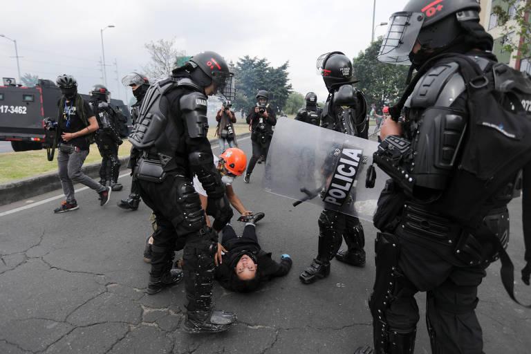 Manifestantes entram em confronto com a polícia em Bogotá