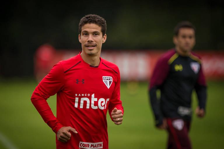 Jogador Hernanes corre no treino do São Paulo