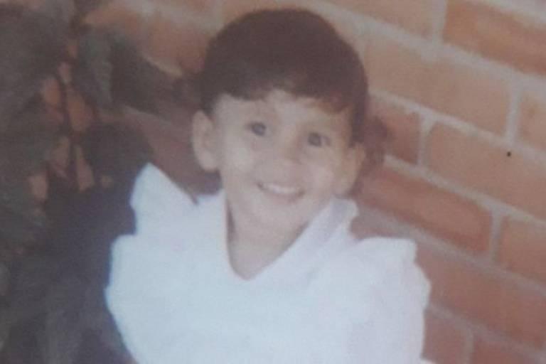 Luciana durante a infância: ela foi doada à família adotiva quando tinha oito meses de vida