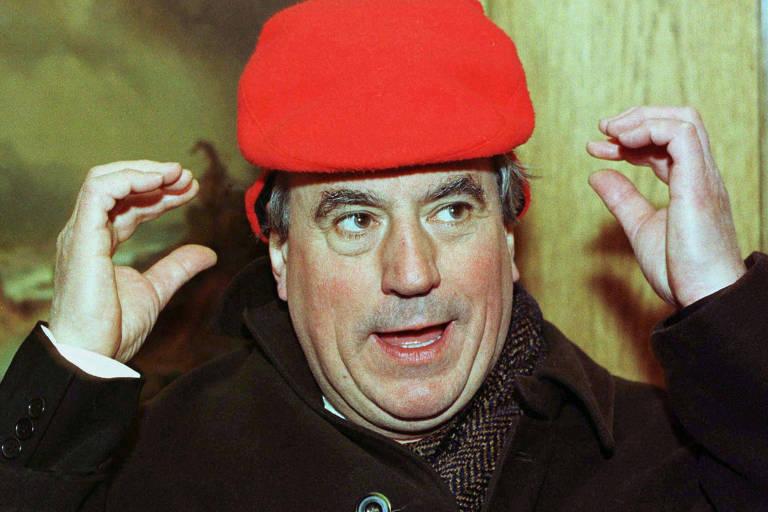 Terry Jones, do grupo de comédia britânico Monty Python British, tenta ajustar seu chapéu
