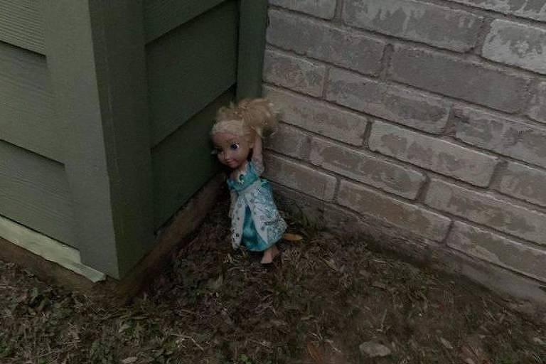 boneca no canto da casa