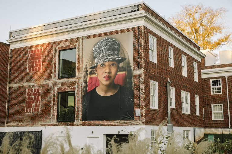 Retratos gigantes geram debate em pequena cidade dos EUA