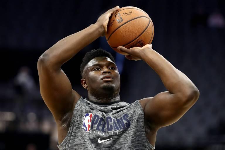 Zion faz movimento de arremesso com a bola nas mãos