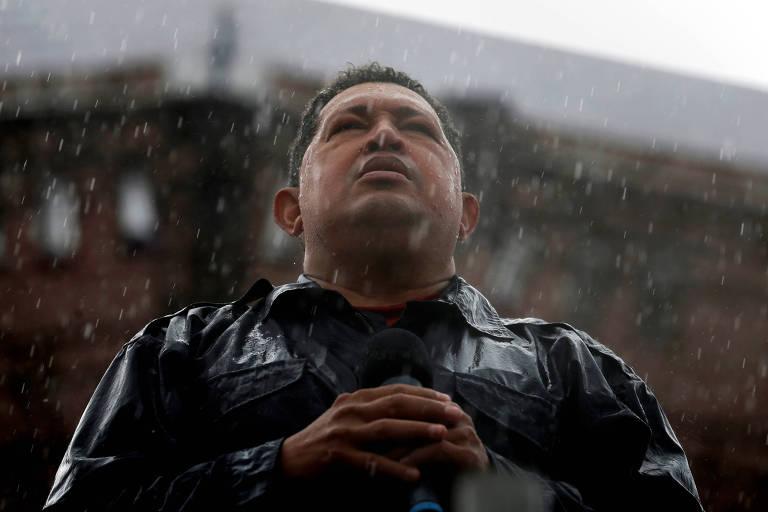 Hugo Chávez, ex-presidente da Venezuela, discursa sob chuva em 2012, em Caracas, durante campanha presidencial