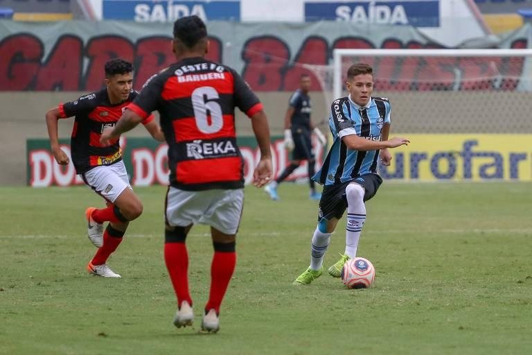 Lance da partida entre Grêmio e Oeste, na Arena Barueri