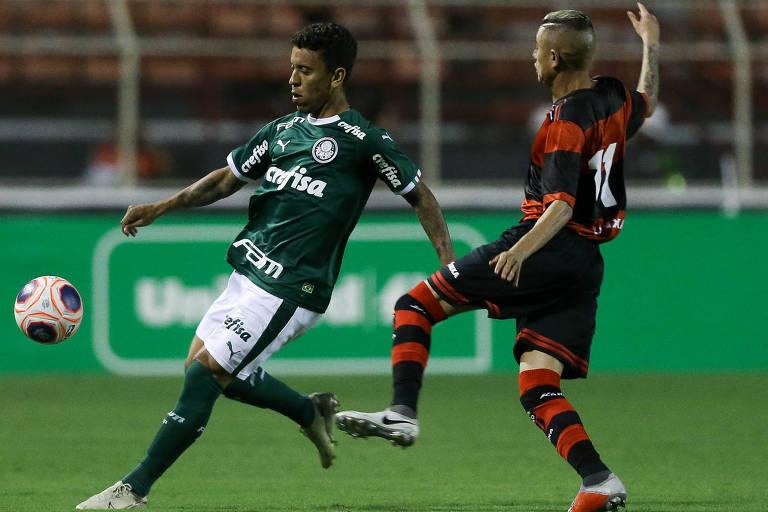 O lateral direito Marcos Rocha, do Palmeiras, disputa a bola com o atacante Minho, do Ituano