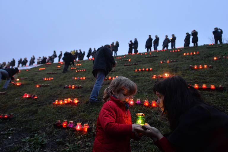 Ucranianos acendem velas em memória das vítimas do Holodomor em cerimônia em Kiev