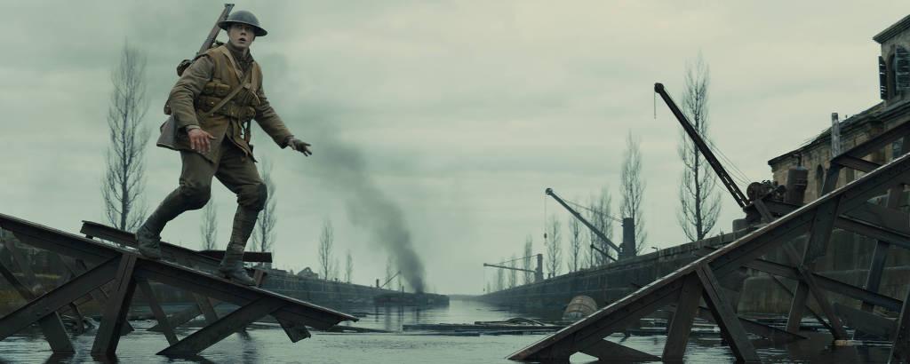 soldado atravessa ponte destruída