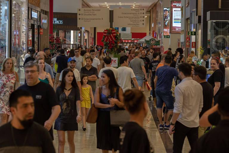 Compras natalinas no Shopping Center Norte, em Sâo Paulo