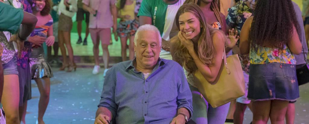Alberto (Antonio Fagundes) e Paloma (Grazi Massafera) na quadra da escola de samba Unidos do Bom Sucesso