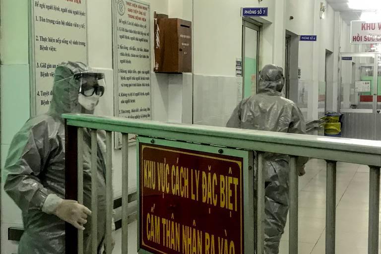 Médicos entram em uma área de isolamento para visitar os dois primeiros casos da nova infecção por coronavírus, no hospital Cho Ray, na cidade de Ho Chi Minh, em 23 de janeiro