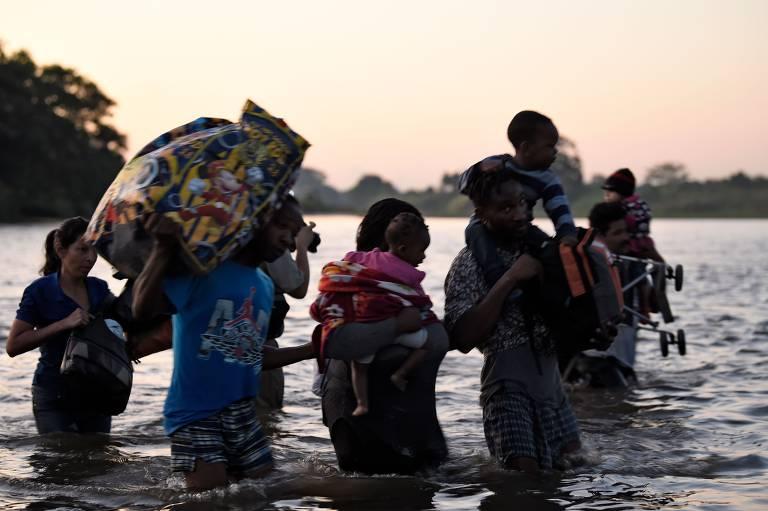 Centenas cruzam o rio Suchiate em direção ao México