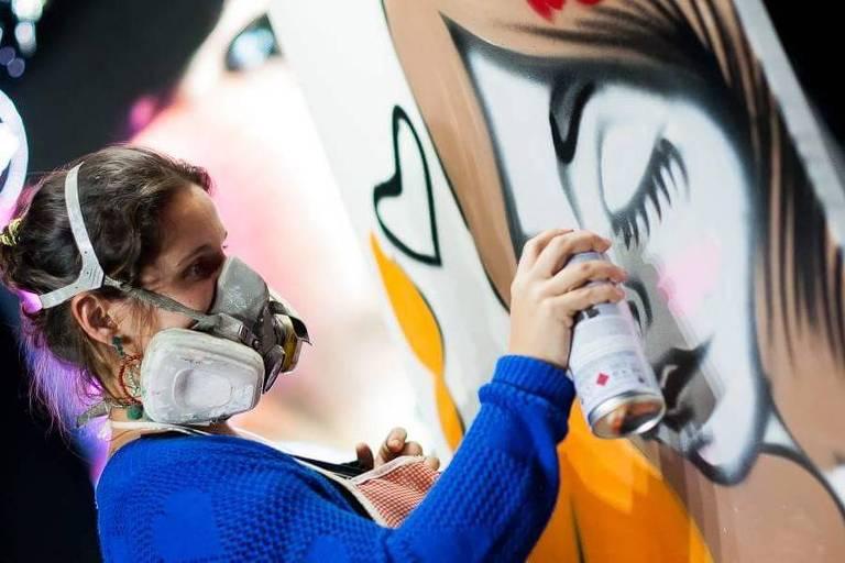 A grafiteira Tikka, que participa do Tapume Festival