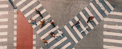 São Paulo, SP, Brasil, 21-01-2020: Capa Guia Folha. Balé da Cidade de São Paulo em cruzamento em frente ao Theatro Municipal. O grupo se apresenta na programação do aniversário de São Paulo com um espetáculo baseado na obra de Tarsila do Amaral. (foto Gabriel Cabral/Folhapress)