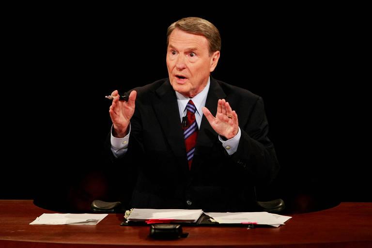 O moderador e jornalista Jim Lehrer durante debate presidencial em 2008, no Mississipi