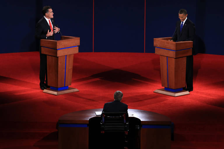 Jim Lehrer (de costas) durante debate entre o republicano Mitt Romney e o democrata Barack Obama em 2012, em Denver, no Colorado