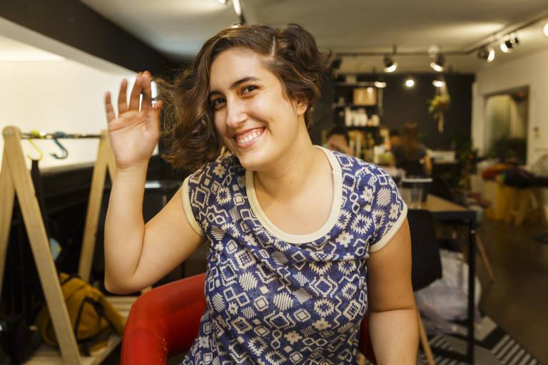 A funcionária pública Mariana Amaral, 23 anos, aderiu ao cabelo curtinho; quem cortou o cabelo dela foi a cabeleireira Caroline Ursogrande, 31, que atende em Pinheiros