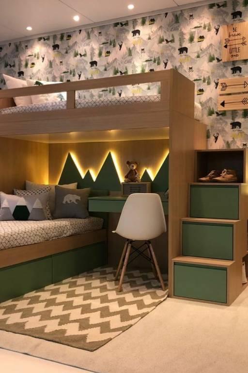 Neste quarto infantil, as caixas ficam escondidas sob a cama e nos degraus da escada da beliche