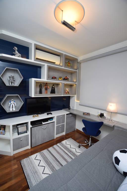 O quarto de menino desenhado pelo escritório Lá Na Teka aproveita cada canto com caixas, para as peças menores, e nichos, para expor os bonecos de seu ocupante