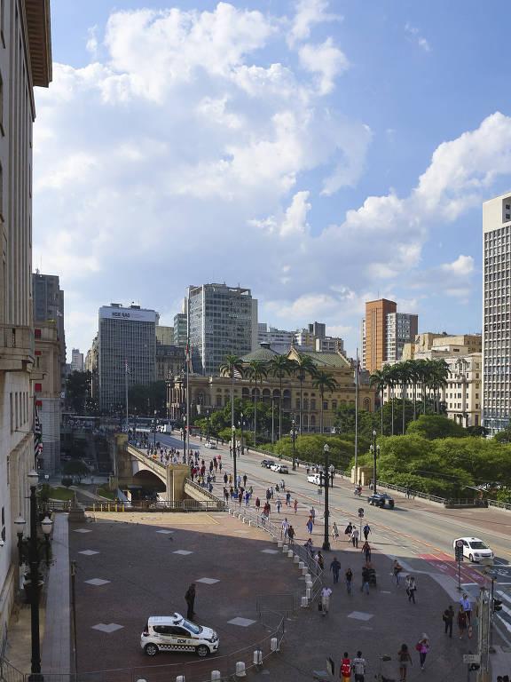 São Paulo da rua São Bento com o Viaduto do Chá, com o Theatro Municipal ao fundo, à direita, nos dias de hoje