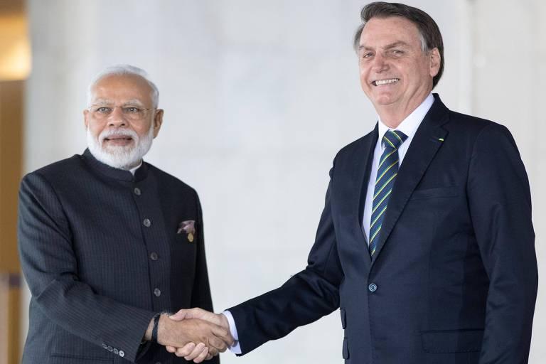O presidente Jair Bolsonaro, à dir., cumprimenta o premiê da Índia, Narendra Modi, durante encontro dos Brics, em Brasília