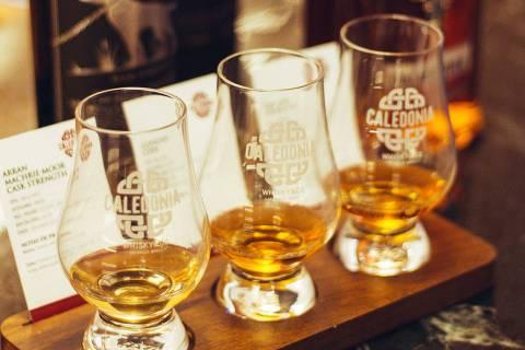Régua de degustação de uísque do Caledonia Whisky & Co.