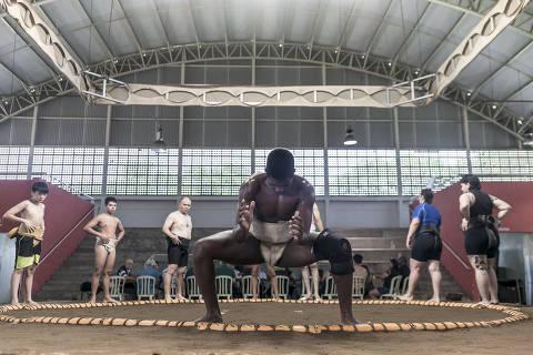 BRASIL - SAO PAULO - 12.01.2020 - REVISTA SAO PAULO - DESCUBRA SÃO PAULO - Descubra o mundo em São Paulo - ESPECIAL - Treino de Sumô no Centro de Esportes Radicais, coordenado pelo professor Kioshi Shimazaki (careca de uniforme preto). Foto: KEINY ANDRADE/FOLHAPRESS
