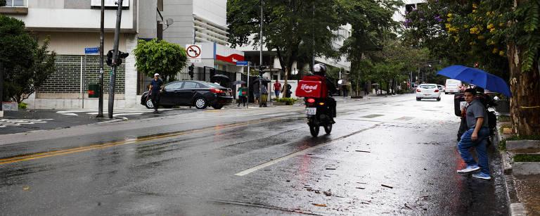 Moto circula na av. Angelica, próxima a rua Martinico Prado