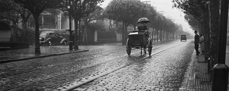 Carroça de padeiro (1940) -  Padeiro subindo a avenida Angélica. À esquerda, a rua Martinico Prado