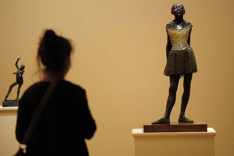 'Bailarina de Catorze Anos' (1880), de Edgar Degas, exposta em Nova York, em foto de 2011