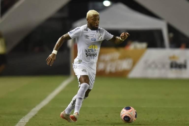 O atacante Marinho durante partida do Santos contra o Bragantino, na Vila Belmiro, pelo Campeonato Paulista