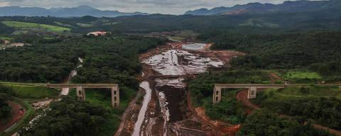 BRUMADINHO, MG, BRASIL, 22-01-2020: Vista aérea da lama no local onde uma ponte de trem foi destruida pela lama, em Brumadinho. Neste sábado, dia 25 de janeiro, completa um ano da tragédia da Vale em Brumadinho. (Foto: Eduardo Anizelli/ Folhapress, COTIDIANO) ***EXCLUSIVO***