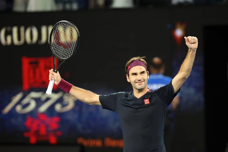 Federer ergue os braços e comemora