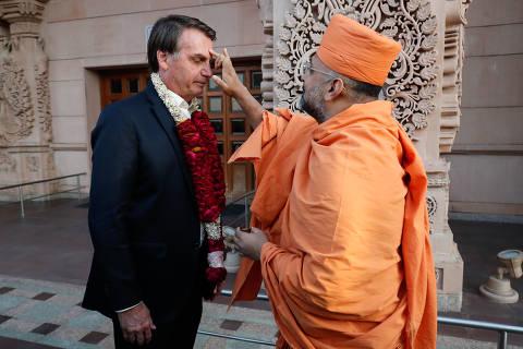 Bolsonaro vai a templo hindu e come arroz e macarrão à bolonhesa em 1º dia na Índia